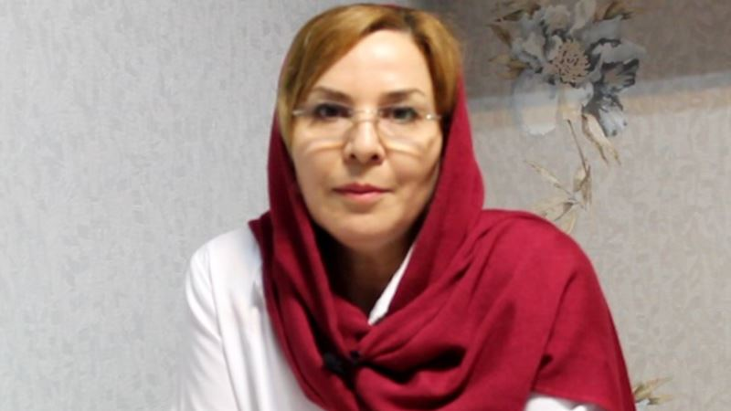 درویش زن زندانی با دستبند و پابند روی تخت بیمارستان
