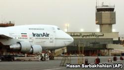 با لغو مجوزهایی که روز چهارشنبه صورت گرفت، فروش ۸۰ فروند هواپیمای بوئینگ و ۹۷ فروند ایرباس و همچنین ۱۲ فروند آیتیآر به ایران منتفی میشود.