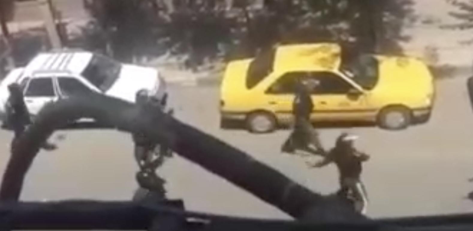 نیروهای سرکوبگر توسط مردم خلع سلاح شدند و به معترضین سنگ پرانی می کنند