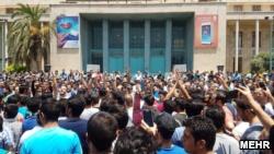 تجمعات اعتراضی که سوم تیر در مجتمعهای تجاری تهران آغاز شد، روز دوشنبه به بسته شدن بازار تهران انجامید و تا پنجم تیر ادامه یافت.
