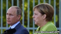 از راست: مرکل و پوتین