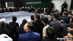 محمود احمدینژاد در منتهی الیه سمت راست تصویر، بسیار دور از علی خامنهای نشسته است.