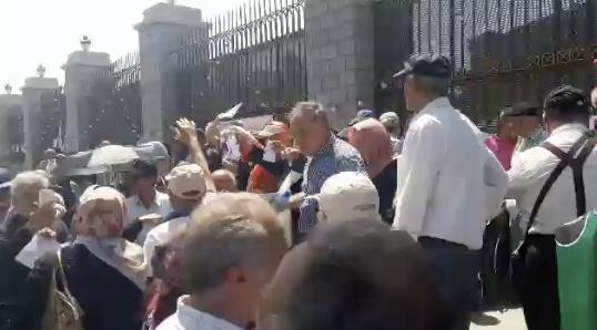 شعار «معلم زندانی آزاد باید گردد» در تجمع اعتراضی فرهنگیان بازنشسته در مقابل مجلس – ۲۰ شهریور