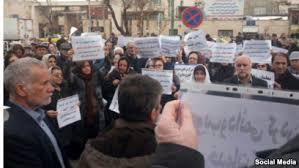 تجمع بازنشستگان در مقابل ساختمان مجلس شورا با شعار «تنها راه رهایی، اتحاد اتحاد».jpg