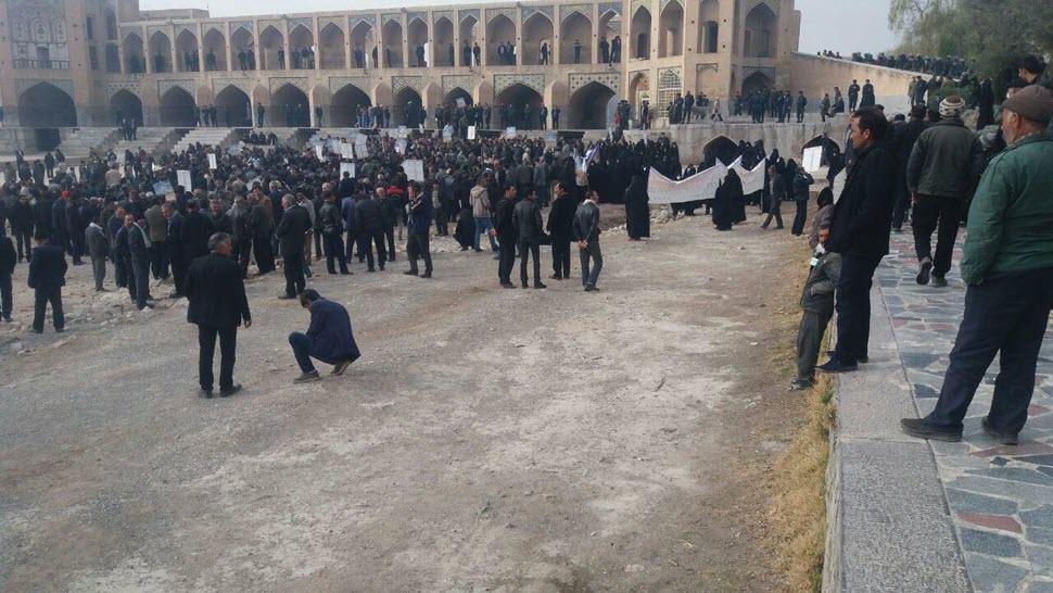 تجمع كشاورزان خوراسگان اصفهان در پل خواجو.jpg